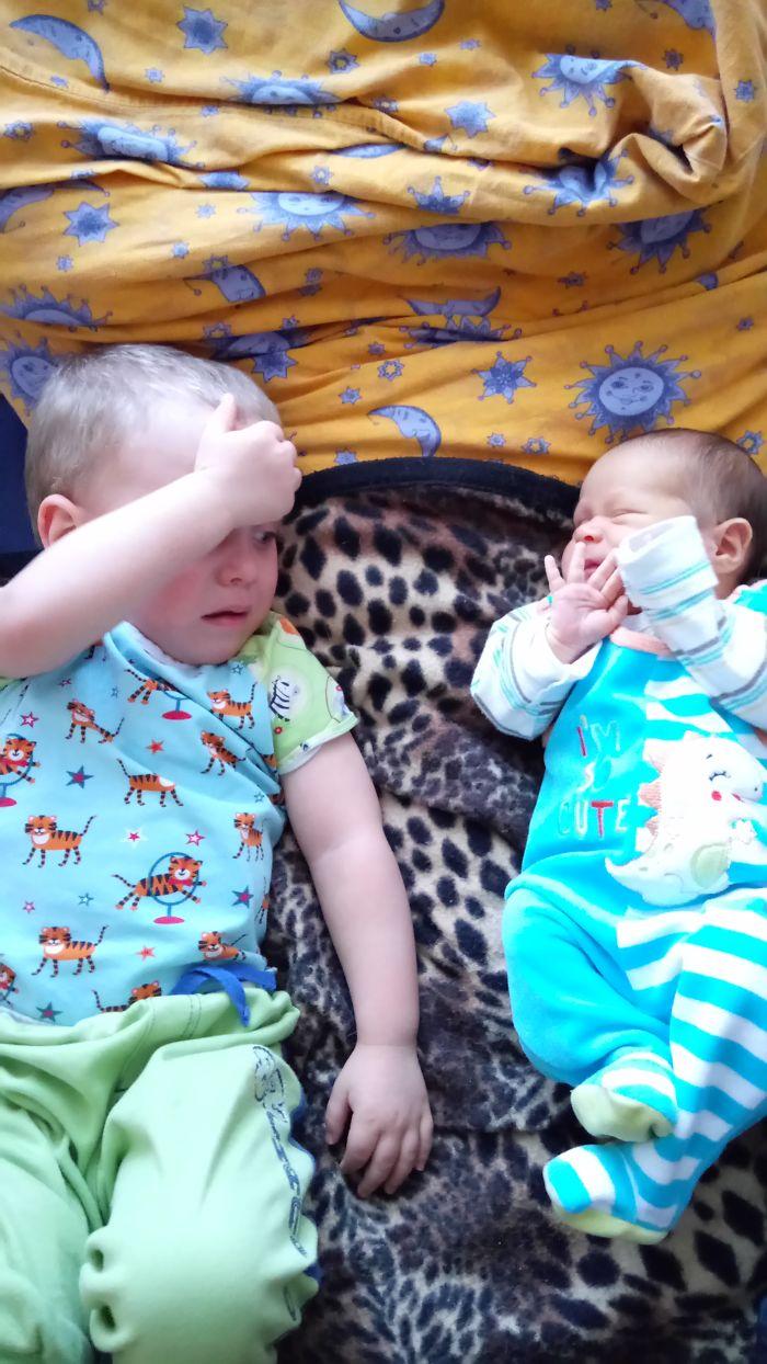 20 תמונות מצחיקות של ילדים שהבינו שהם הפכו לאחים גדולים