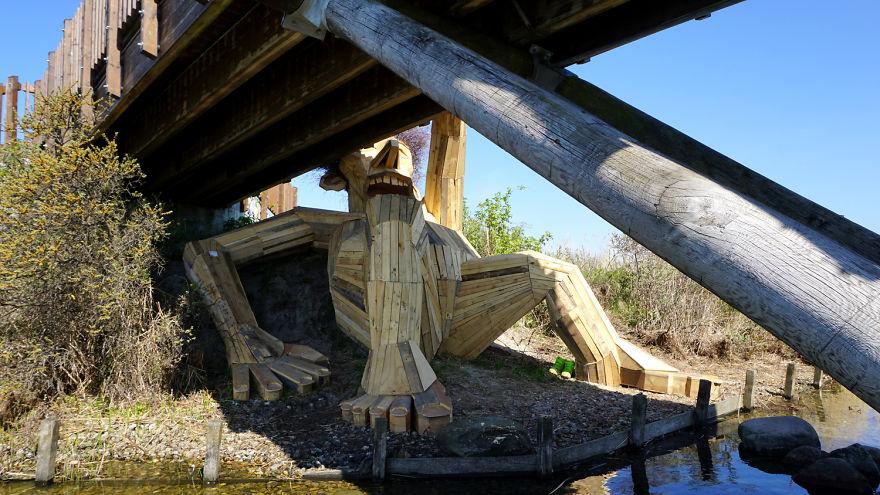Hace gigantes de madera y las esconde en la naturaleza