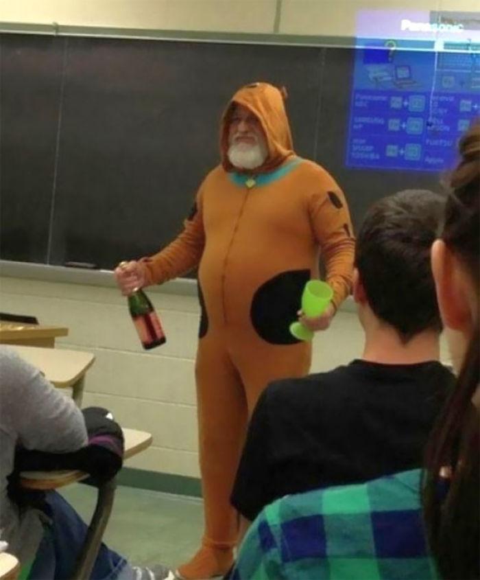 Dijo que si todos hacían bien el exámen, iría a clase disfrazado de Scooby Doo y traería champán para niños