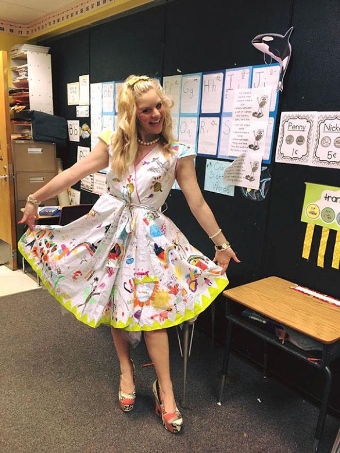 Esta profesora dejó que sus alumnos pintaran su vestido en el último día de clase