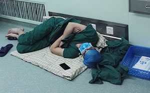 Surgeon Caught Asleep On The Floor After Epic 28-Hour Shift, And Now His Photos Are Going Viral
