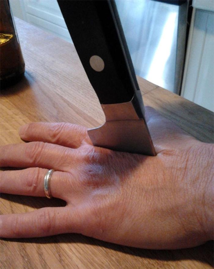 A mi madre se le rompió un cuchillo mientras cocinaba y me mandó esta foto