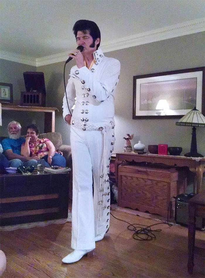 Mi familia es muy rara. Hoy mi madre ha invitado por sorpresa a un imitador de Elvis