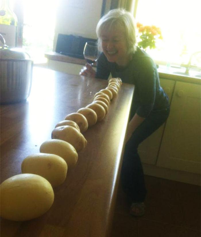 Mi madre ha bebido demasiado y está ordenando las patatas por tamaño