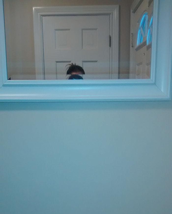 Le pedí a mi marido, bastante más alto que yo, que colgara un espejo