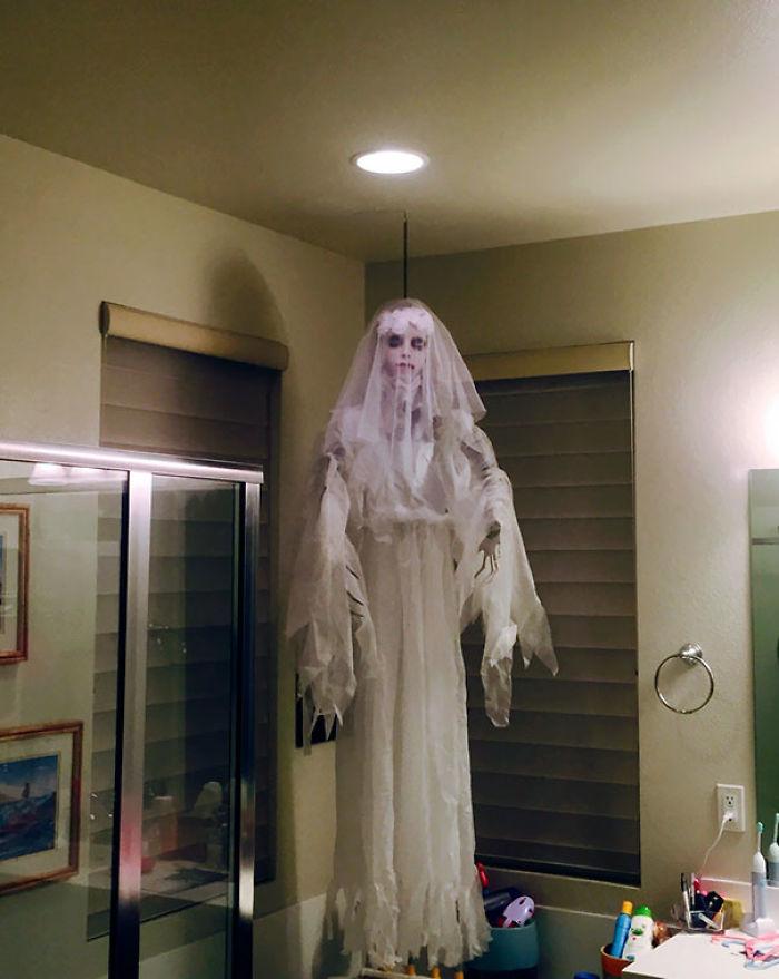 Mi esposa ha comprado la decoración de Halloween y casi me cago al verla en el baño