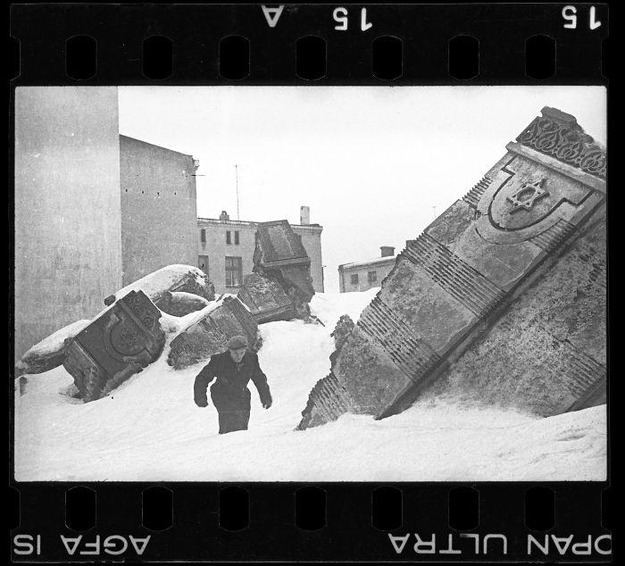 1940: Hombre caminando por las ruinas de una sinagoga destruida por los alemanes en 1939