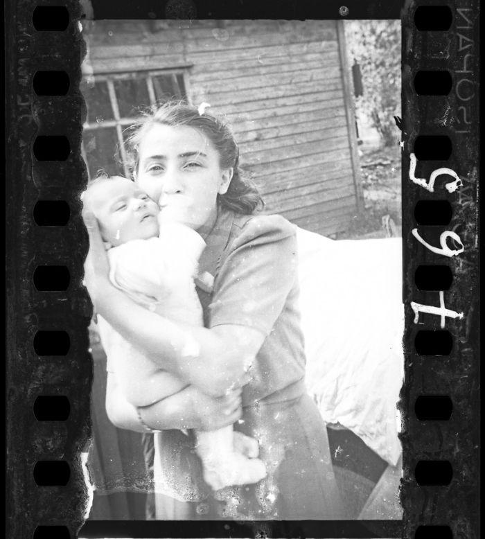 1940-1942: Mujer con su hijo, familia de la policía del gueto