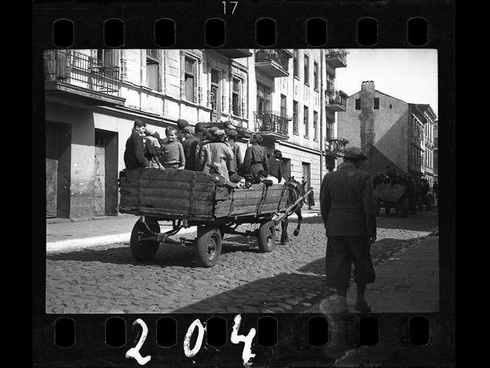 1942: Niños siendo transportados al campo de concentración de Kulmhof