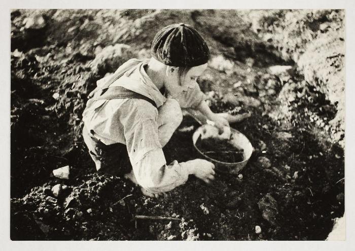 1940-1944: Niño buscando comida