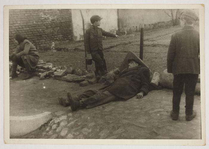 1940-1944: Hombre enfermo tirado en el suelo