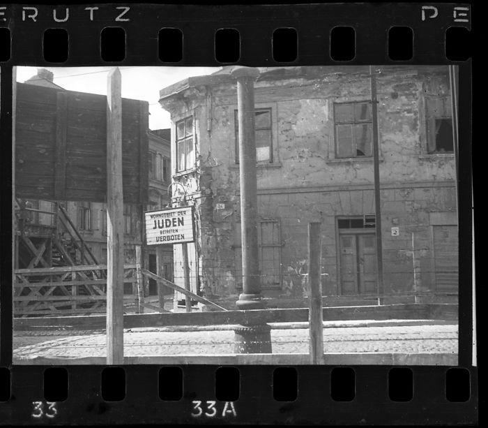 """1940-1944: Cartel a la entrada de la zona residencial judía (""""Judíos. Prohibido entrar"""")"""
