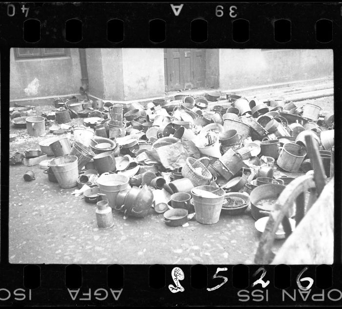 1944: Cubos y platos abandonados por los residentes deportados