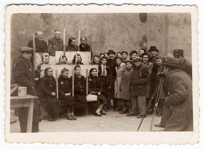 1940: Henryk Ross haciendo fotos para tarjetas identificativas