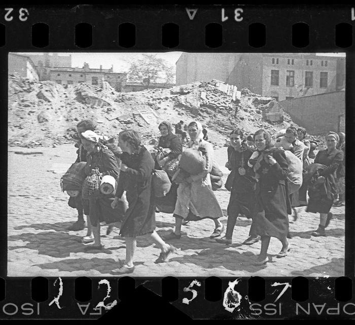 1940-1944: Mujeres siendo deportadas pasan ante las ruinas de la sinagoga