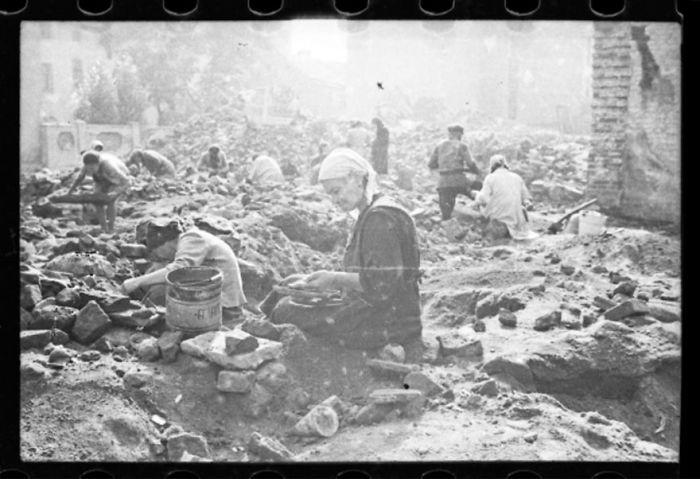 1940-1944: Mujeres buscando restos en las ruinas de la sinagoga destruida