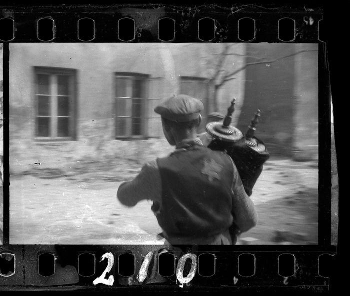 1940: Un hombre que salvó la Torá de las ruinas de la sinagoga destruida