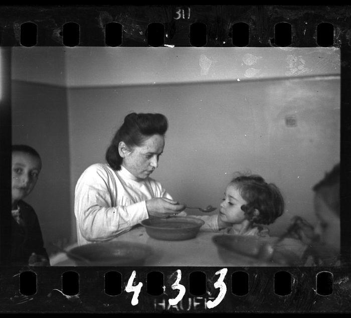 1940-1944: Enfermera alimentando a niños en un orfanato