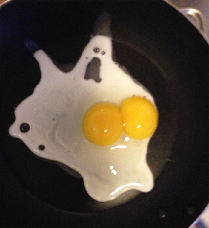 Este huevo parece un fantasma asustado