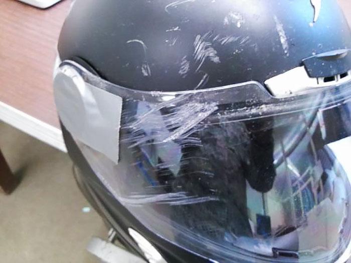 Un gran trozo de cemento chocó contra mi casco