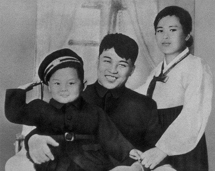 Kim Jong-il con sus padres en 1945