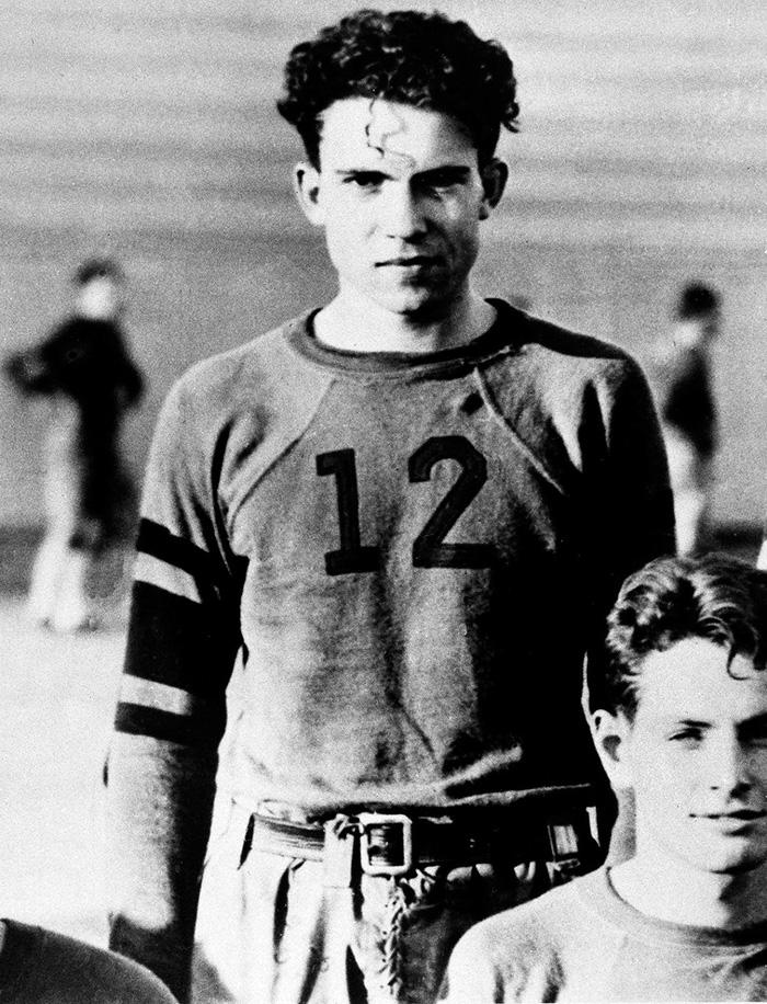 Richard Nixon en el equipo de futbol americano de la universidad, años 30
