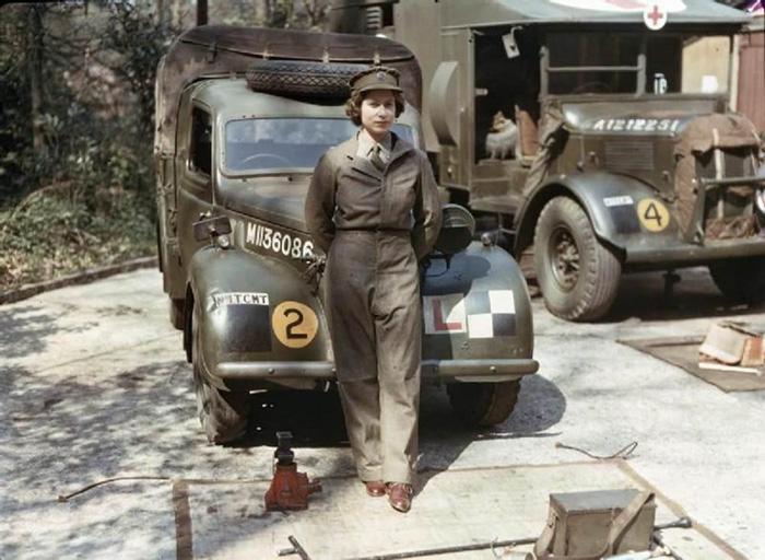 La princesa Isabel de Inglaterra a los 18 años en su servicio auxiliar en la 2ªG.M., conduciendo y reparando vehículos pesados, 1945