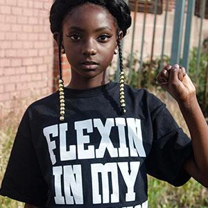 Esta niña de 10 años calla a los abusones tras lanzar una línea de ropa que ayuda a la gente a sentir confianza en sí mismos