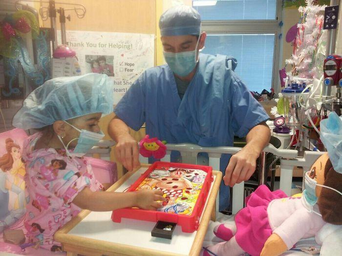 Mi sobrina de 2 años pasa el tiempo en el hospital jugando a Operación con su médico... ¡preparados para cirugía!