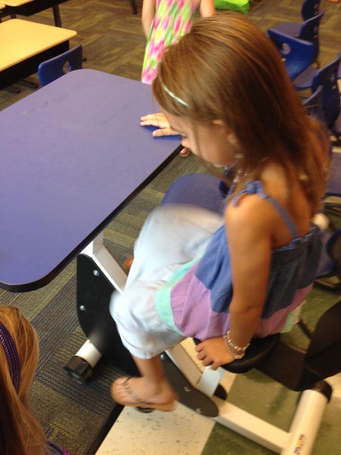 Han puesto pupitres con pedales para que los niños se muevan mientran aprenden