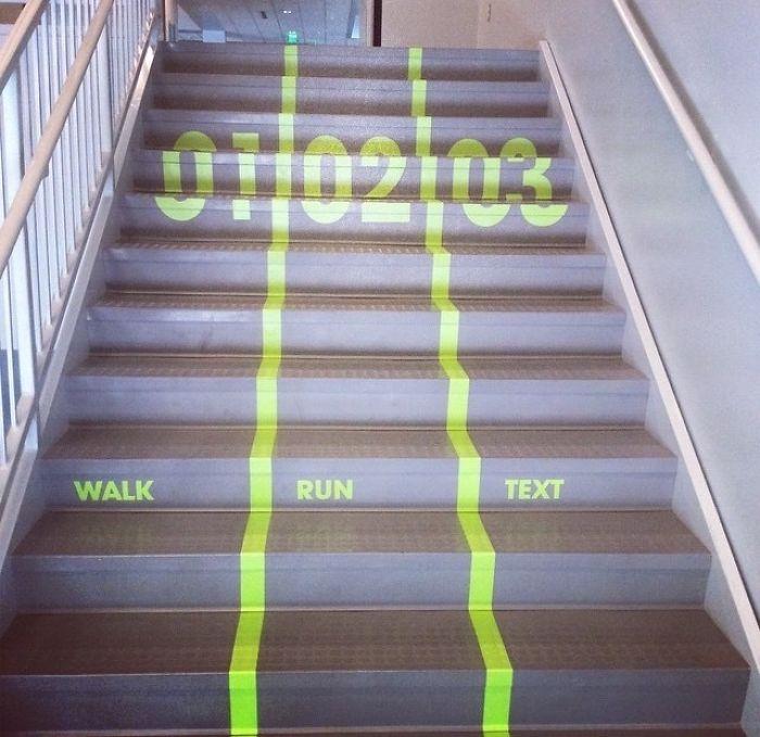 En las escaleras de clase han puesto carriles para subir andando, corriendo o mirando el móvil