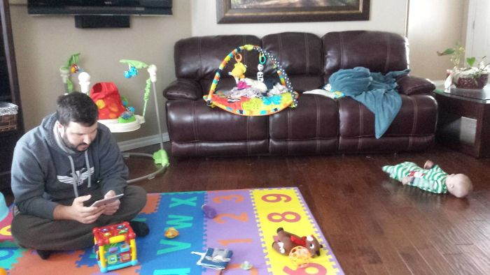 Mi marido jugando atentamente con nuestra hija
