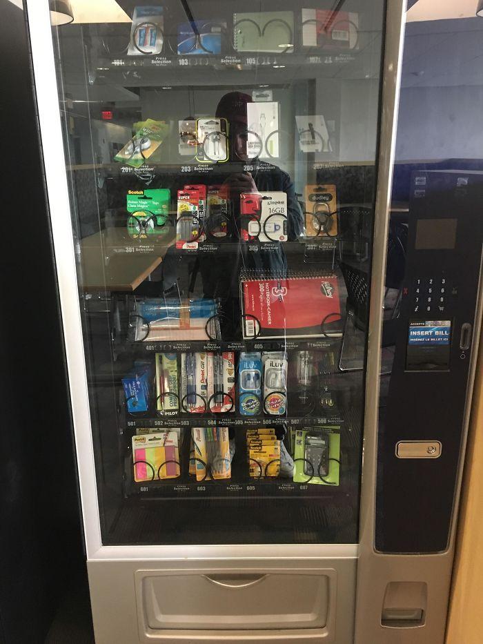 Máquina de vending con material escolar