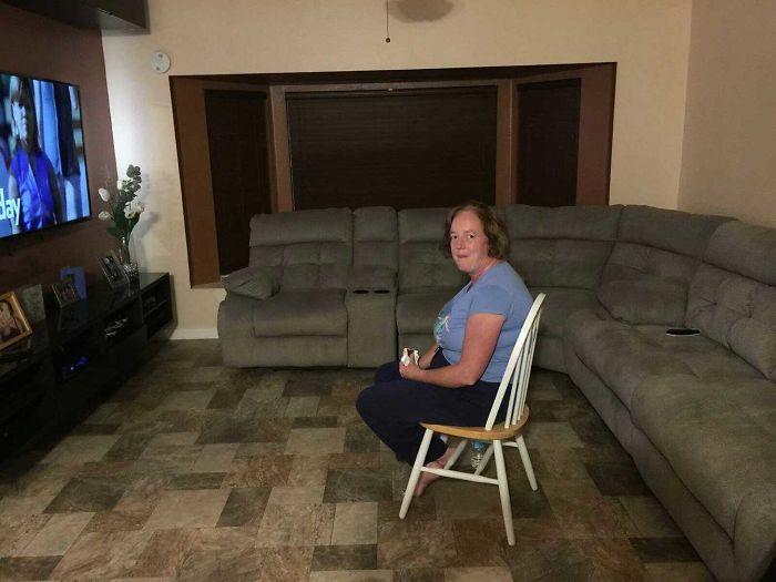 Tenemos megasofá nuevo y encontré a mi esposa sentada así