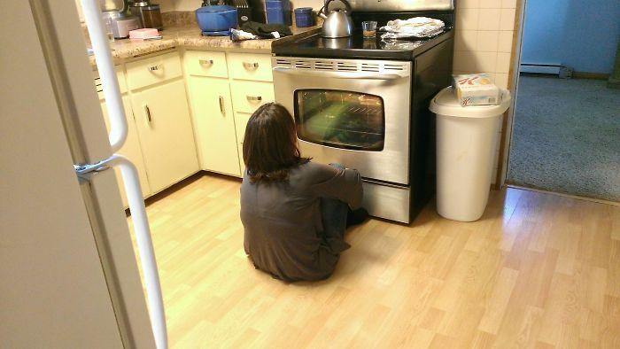 Mi madre con su primer horno con ventana