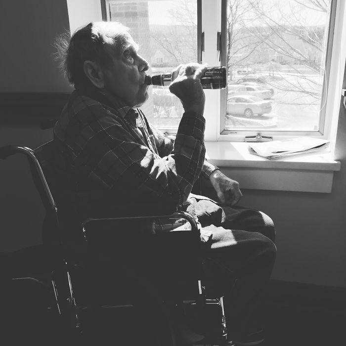 Una semana antes de morir mi abuelo, colé su cerveza favorita en el asilo donde estaba. Fue la última que tomó