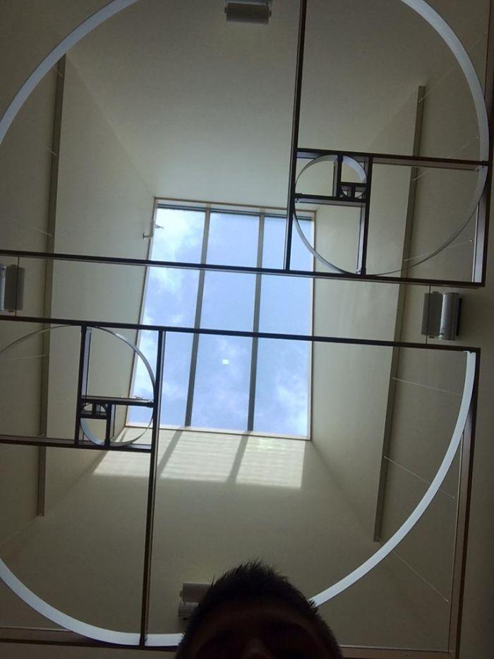 Tragaluz decorado con espirales de Fibonacci en la facultad de matemáticas