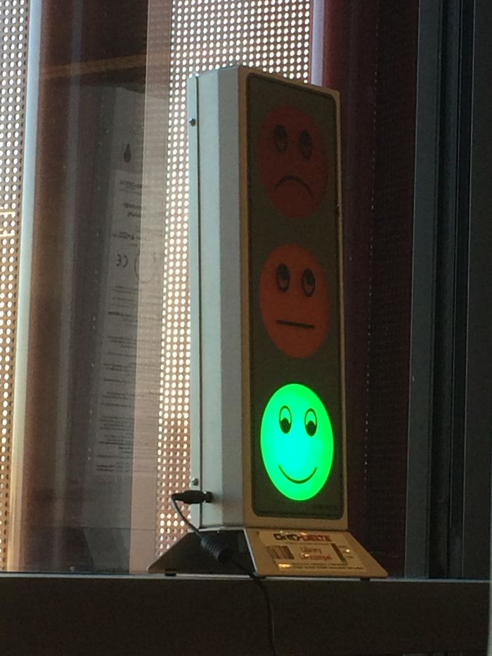 Esta máquina detecta los niveles de sonido en la biblioteca universitaria