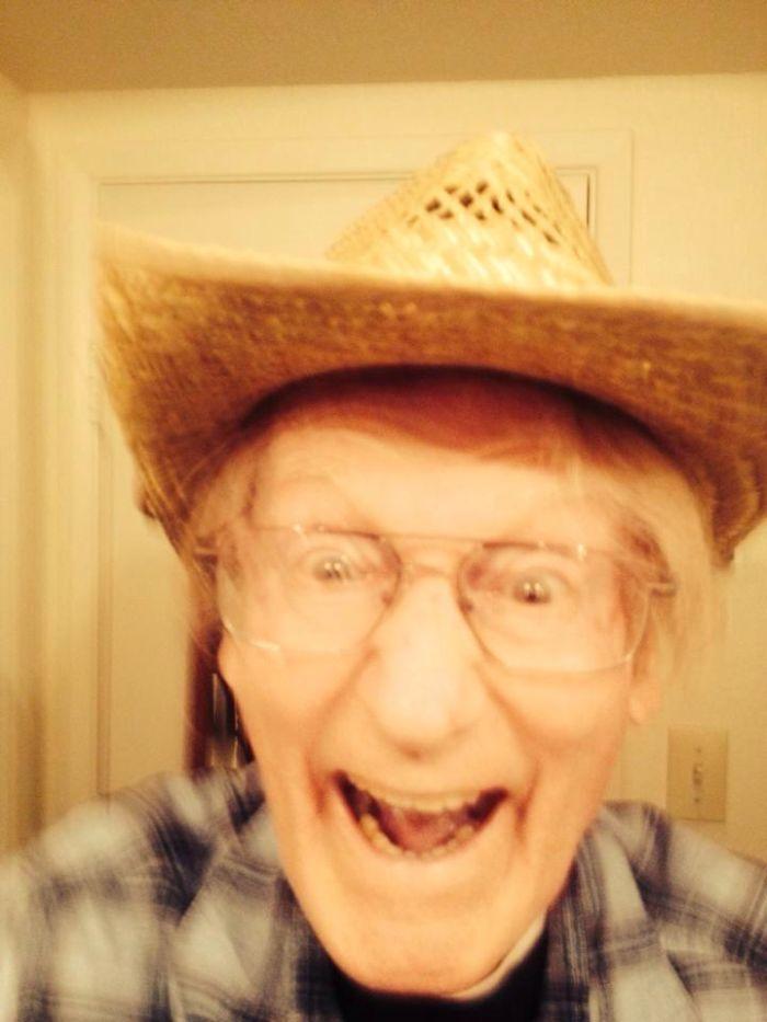 """Mi abuelo me mandó este mensaje: """"estoy solo en casa, así que me he hecho mi primer selfie"""""""