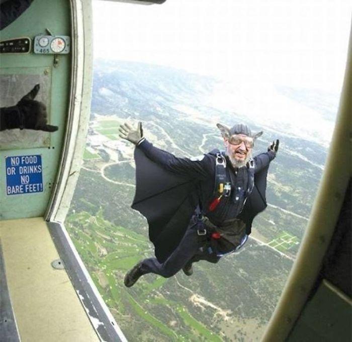 Este anciano saltó del avión disfrazado de Batman o algo parecido