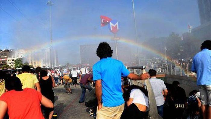 Policía turca intentando detener el desfile del Orgullo gay con cañones de agua, creando arco iris accidentalmente