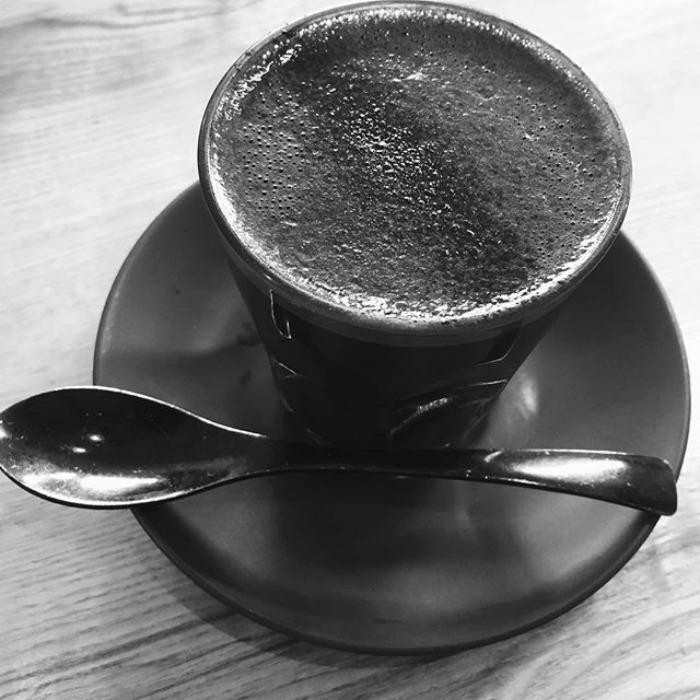 GOLDEN WIRES: Bardzo Czarna Kawa Latte (z Węglem Aktywnym