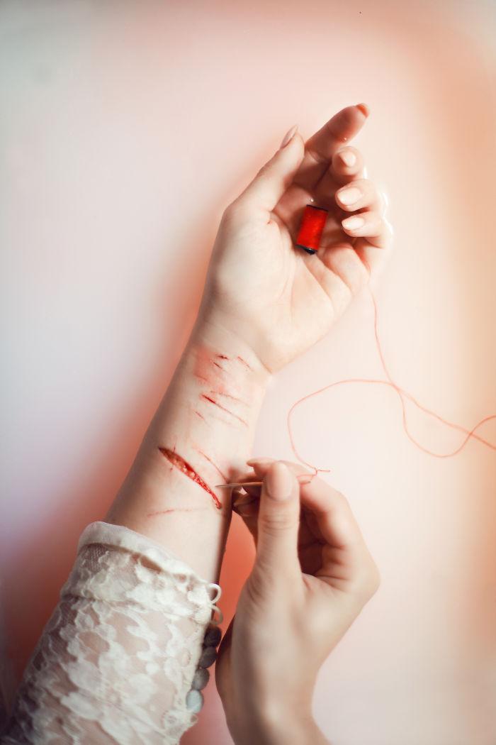 Картинки девушка с порезами на руках