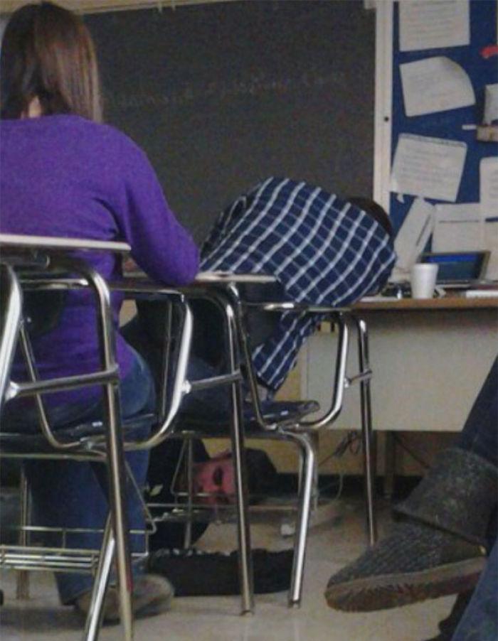 Se quedó dormido y el profesor le ató los cordones juntos