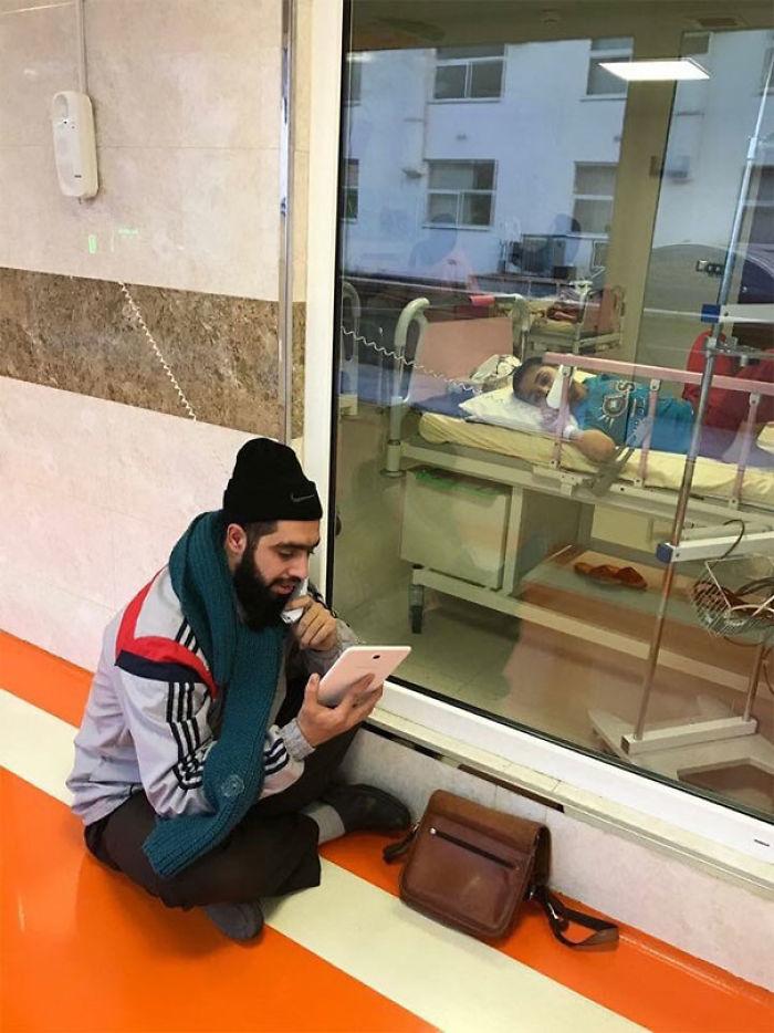 Este chico iraní sufre cáncer, su profesor le visita cada día en el hospital para contarle lo que han aprendido