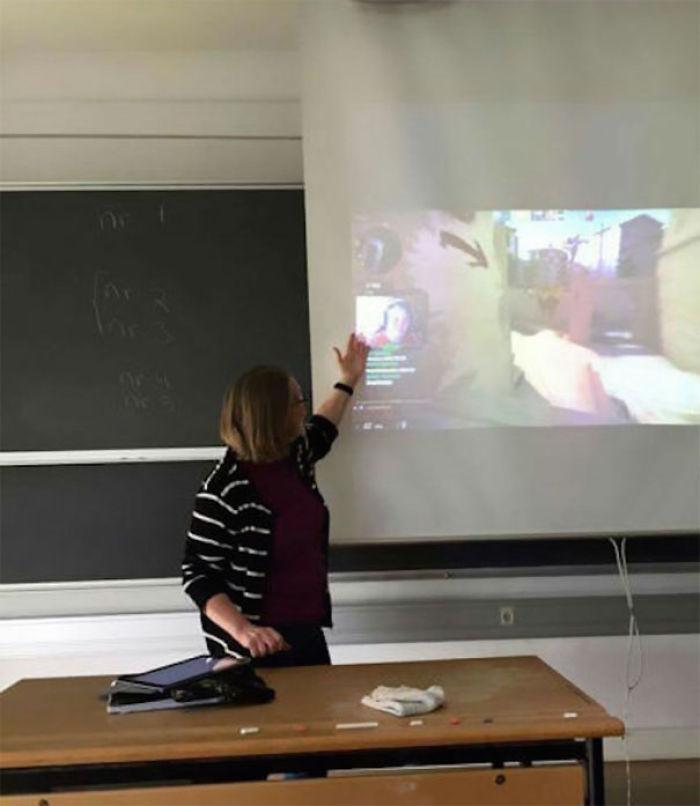 Se saltó la clase para jugar online y retransmitirlo, la profesora se enteró y ahora están viéndole en clase