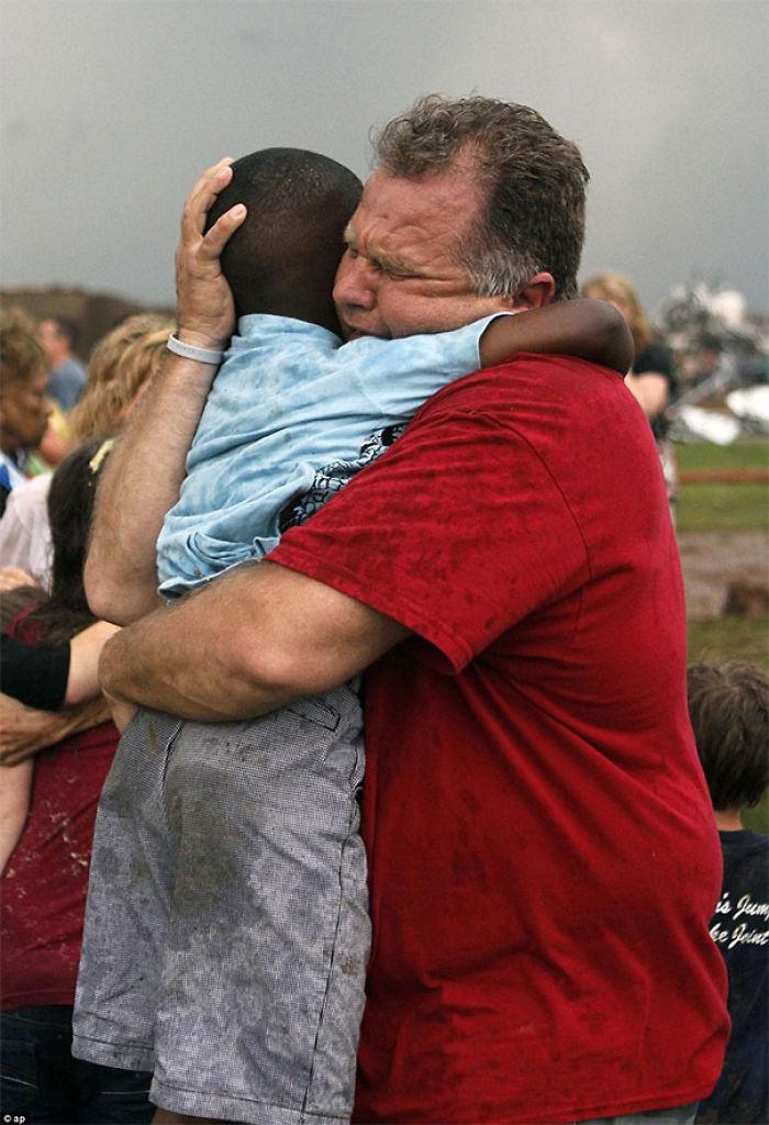 Este profesor ha encontrado a uno de sus alumnos entre las ruinas causadas por un tornado