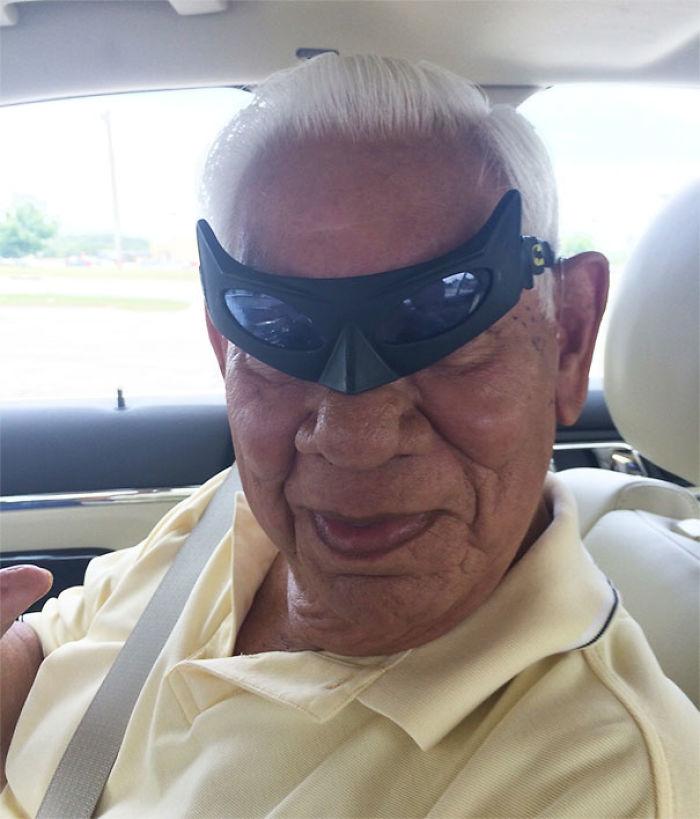 Me dejé mis gafas de Batman en el coche de mi abuelo, luego me mandó esta foto