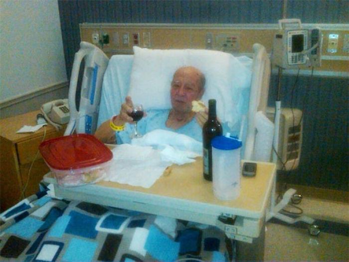 Mi abuelo italiano está en el hospital. Le preguntamos si quería algo y dijo que vino y pasteles de crema