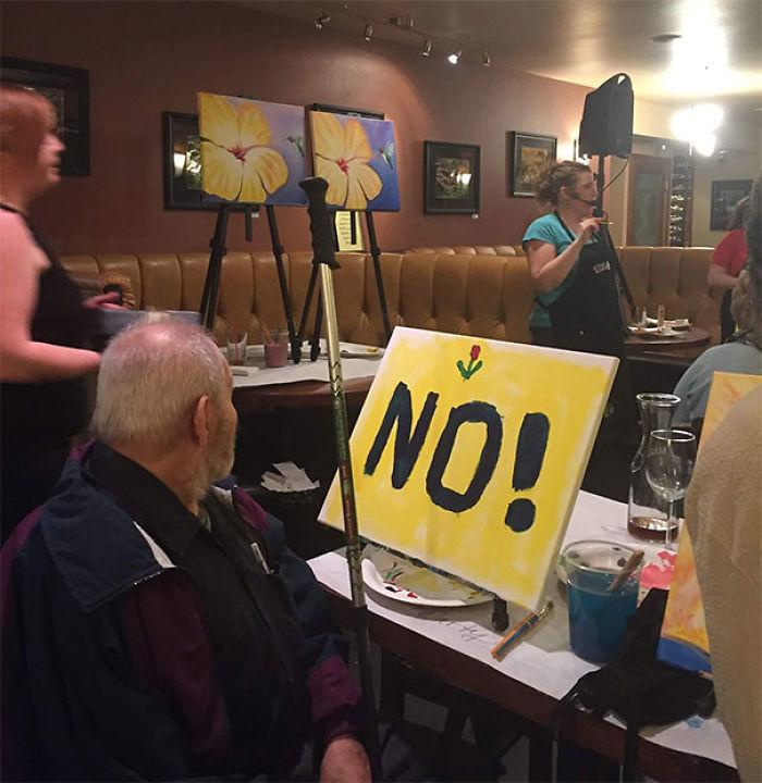 El abuelo no quiere estar en clase de pintura